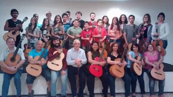 Morre Antonio Manzione, maestro que ensinou as primeiras notas musicais a grandes nomes do violão brasileiro - foto: Antonio Manzione e alunos
