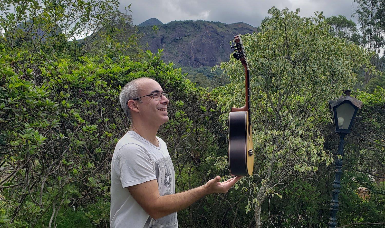 Violonista Carlos Chaves busca financiamento para dois CDs de cavaquinho solo e álbum de partituras - foto: Carlos Chaves no quintal de sua casa, em Teresópolis / arquivo particular
