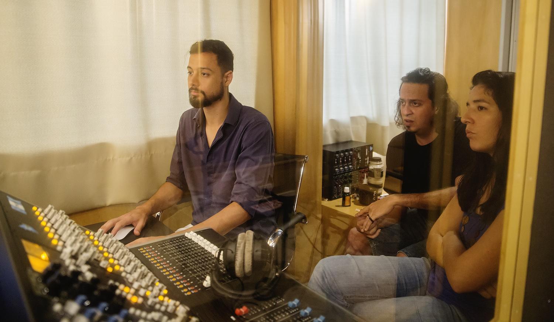 Vídeo mostra bastidores do disco Concurso Novas 4 - (Gil Costa, Chrystian Dozza e Elodie Bouny no Estúdio Bagual, Rio de Janeiro - crédito: Andrea Testoni)