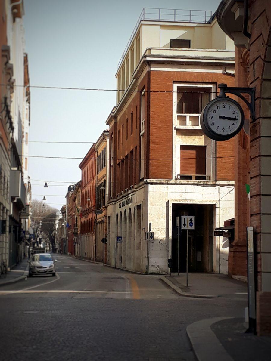 Violonista retrata a cidade de Forlì deserta e o avanço do Covid-19 na Itália - Corso della Republica. Crédito: Amadeu Rosa