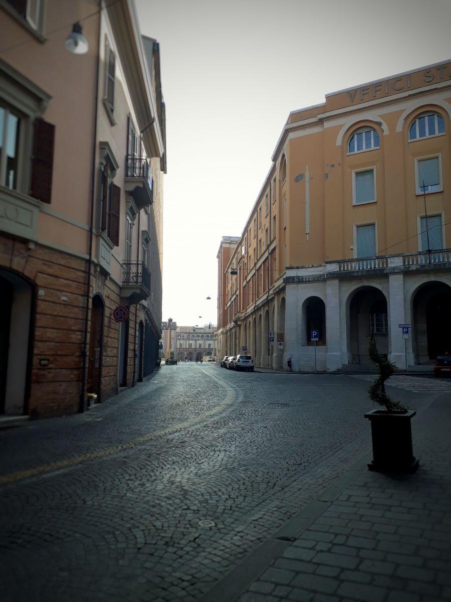 Violonista retrata a cidade de Forlì deserta e o avanço do Covid-19 na Itália - Centro histórico de Forlì. Crédito: Amadeu Rosa