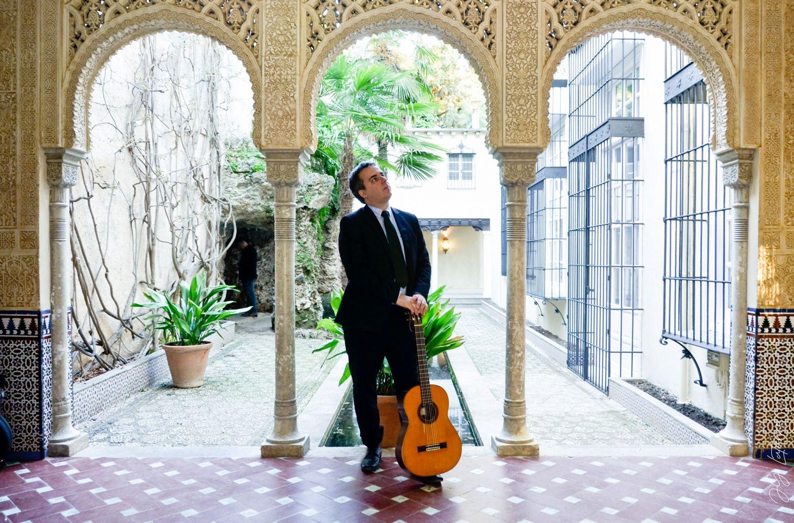 Coronavírus impõe silêncio desolador nas ruas de Granada - violonista Marcus Toscano