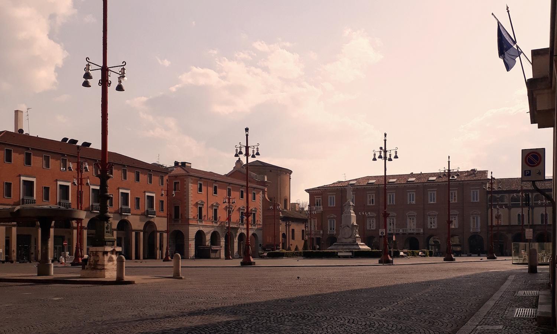 Violonista retrata a cidade de Forlì deserta e o avanço do Covid-19 na Itália - Piazza Saffi, praça principal de Forli. Crédito: Amadeu Rosa
